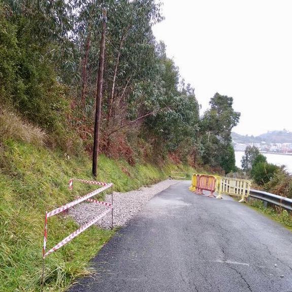 Comienza la pavimentación de la carretera entre Cueves y L'Alisal y esta semana se firmará el contrato para reparar la del Faro