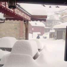 La nieve acumulada mantiene cerrados tres tramos de carretera en la comarca oriental y 15 puertos de montaña en Asturias
