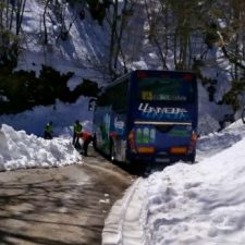 Un autobús cargado de jóvenes se las ve y se las desea para llegar a Vidosa (Ponga)