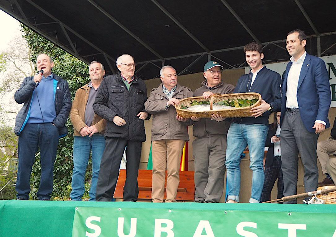 El Campanu paga 11.900 euros por el primer salmón del año en Asturias, por el Campanu 2018