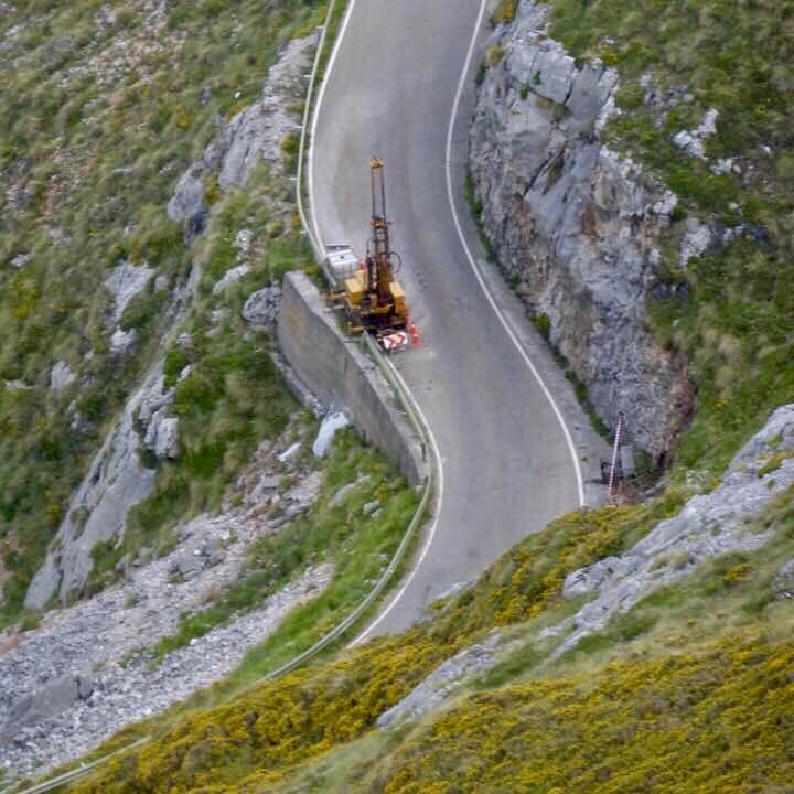 El lunes comienza la instalación de las viseras antialudes en la carretera de Sotres (AS-264)