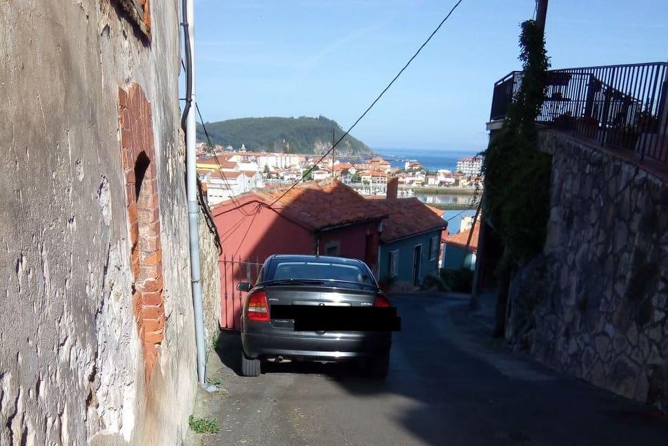 Piden la ordenación del tráfico en el barrio viejo de La Cuesta (Ribadesella)