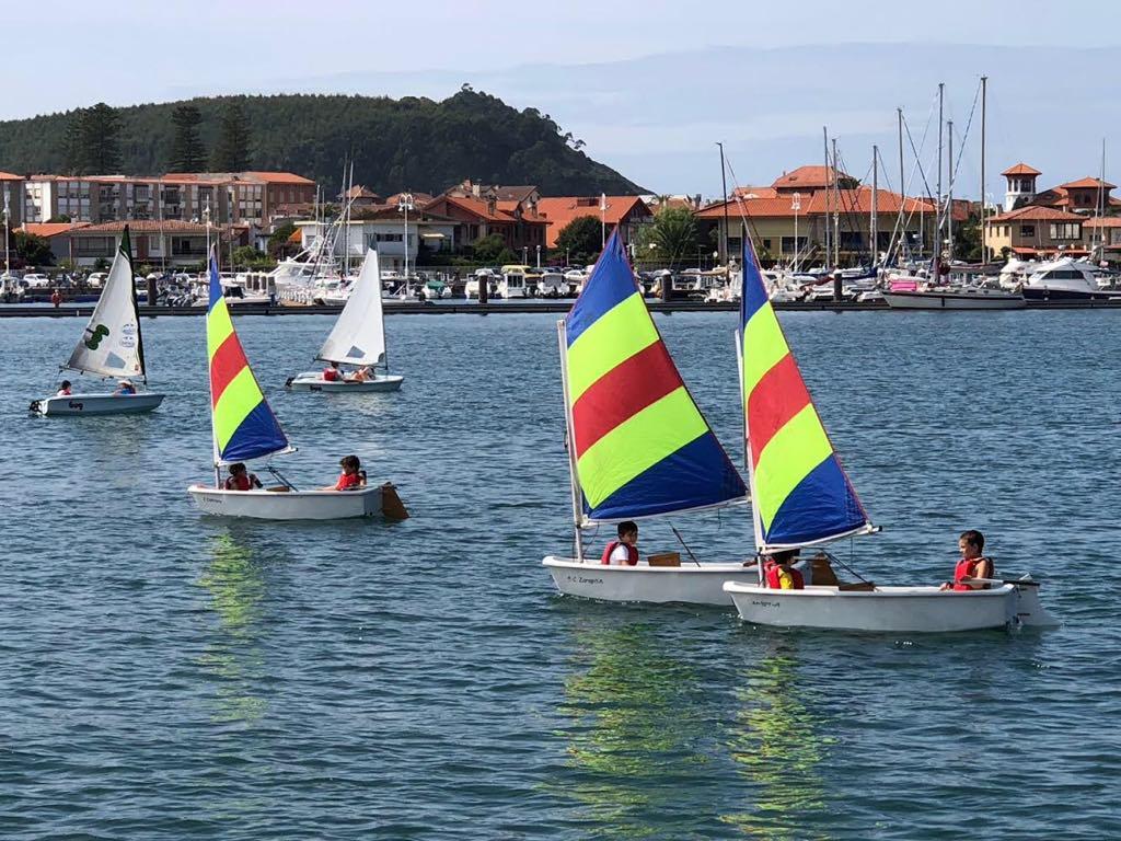 27 regatistas y 15 embarcaciones en la 1ª Regata de Vela Ligera en Ribadesella