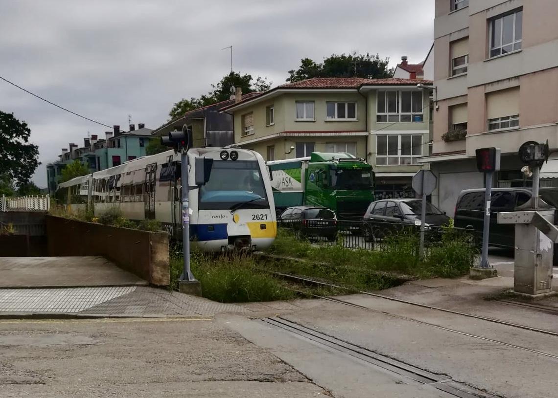 Posada de Llanes saldrá a la calle el jueves 26 para exigir mejoras en el paso a nivel