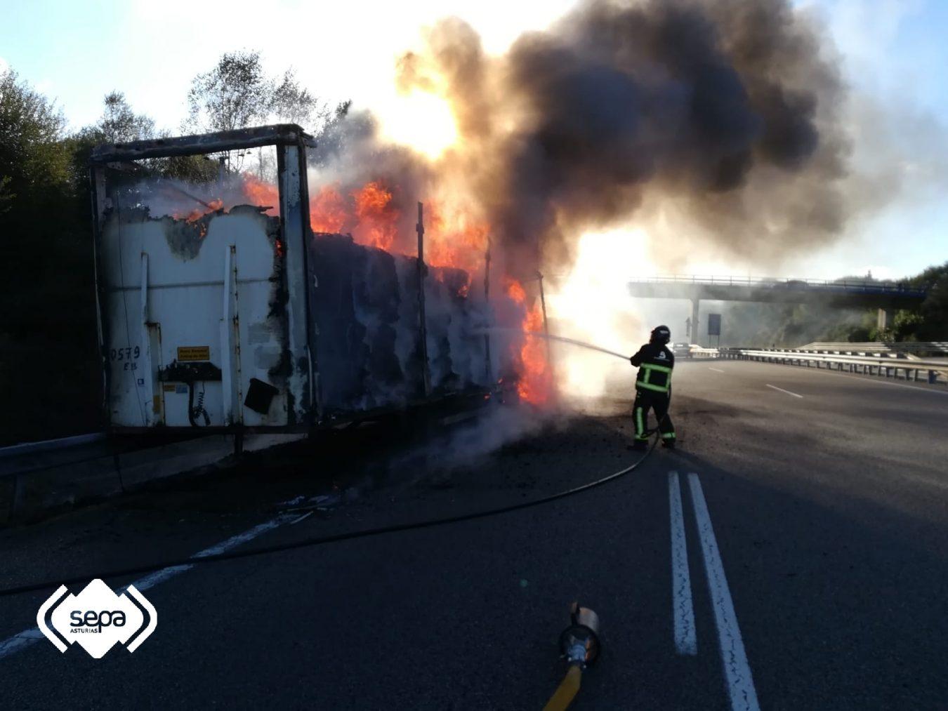 Espectacular incendio de un camión en la A-8 a la altura de Lastres-Luces