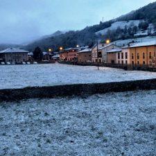 Benia de Onís amanece nevada el día del Gamoneu