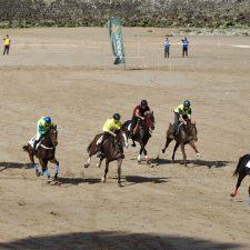 Emoción, caídas y espectáculo en las Carreras de Caballos Playa de Ribadesella