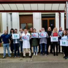 Concentración de profesores en el Rey Pelayo de Cangas de Onís para pedir el regreso a las 18 horas docentes