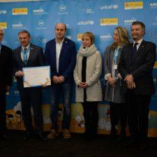 Colunga, Parres y Piloña recogen en Oviedo la renovación como Ciudades Amigas de la Infancia