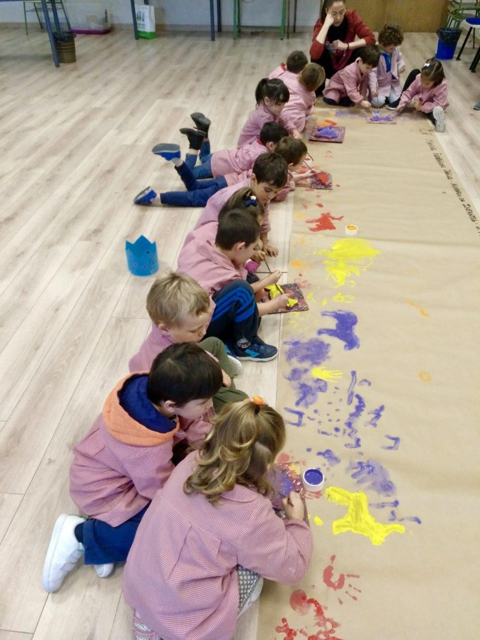 Los escolares riosellanos aprenden a pintar como hombres primitivos en un taller de pintura prehistórica