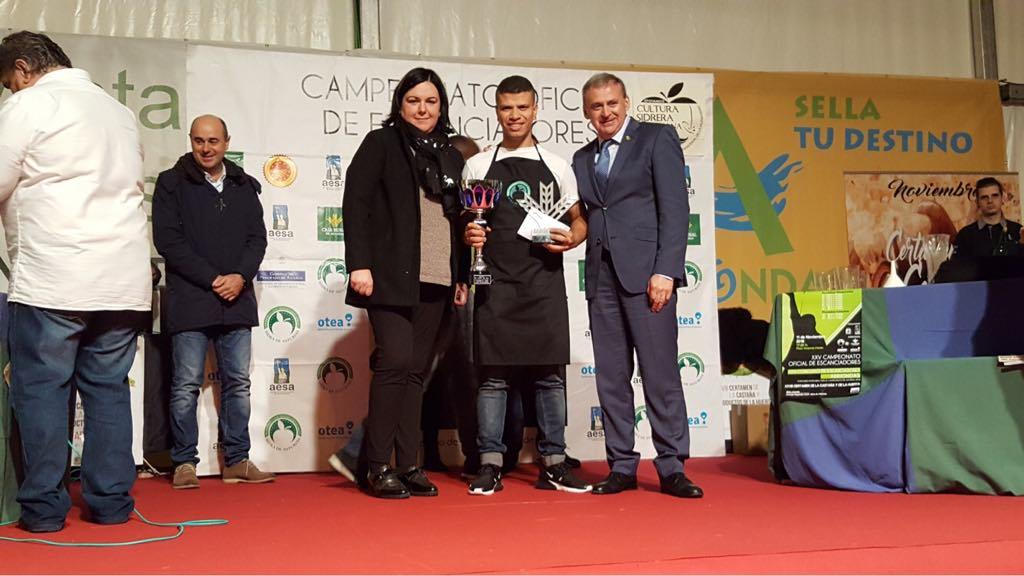 Jeison Franco gana el Concurso de Escanciadores de Arriondas. Miguel se lleva el premio local