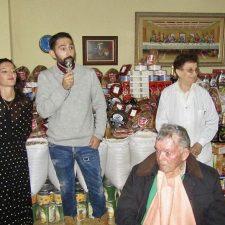 Los Reyes Magos adelantan su llegada a la residencia de Cangas de Onís con una tonelada de alimentos