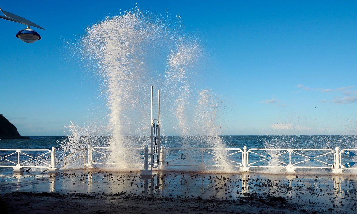 Bufones en la playa de Santa Marina al romper la olas sobre el paseo marítimo de Ribadesella
