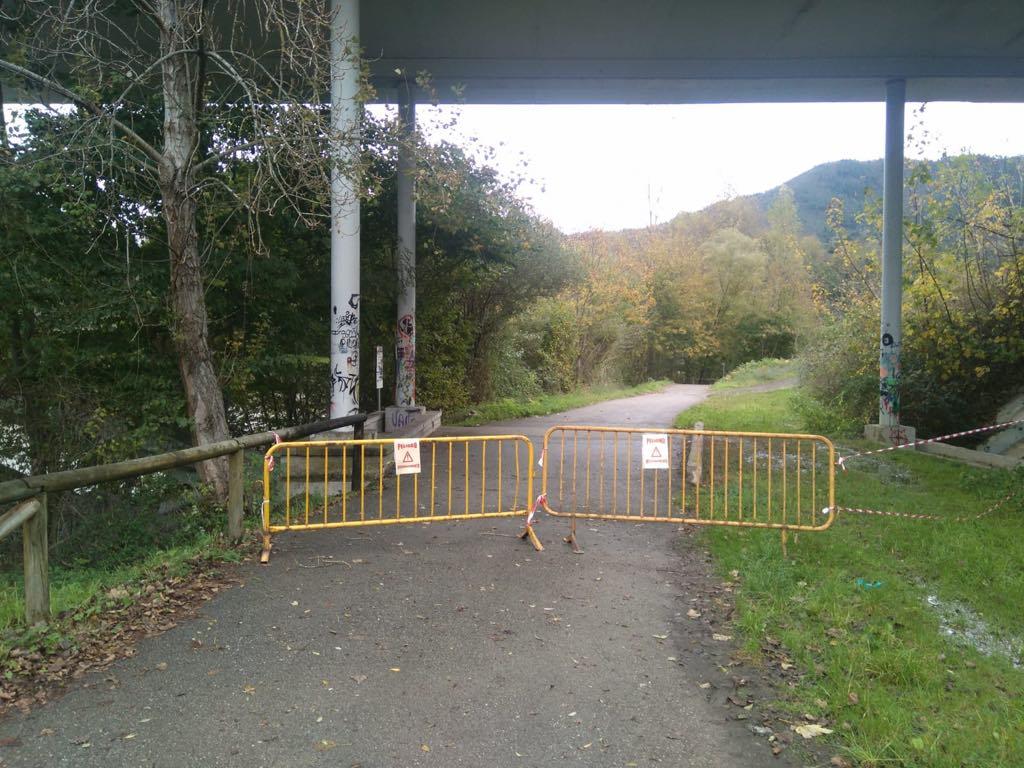 La caída de cascotes obliga a cerrar la senda bajo el puente del Lladuengu en Arriondas