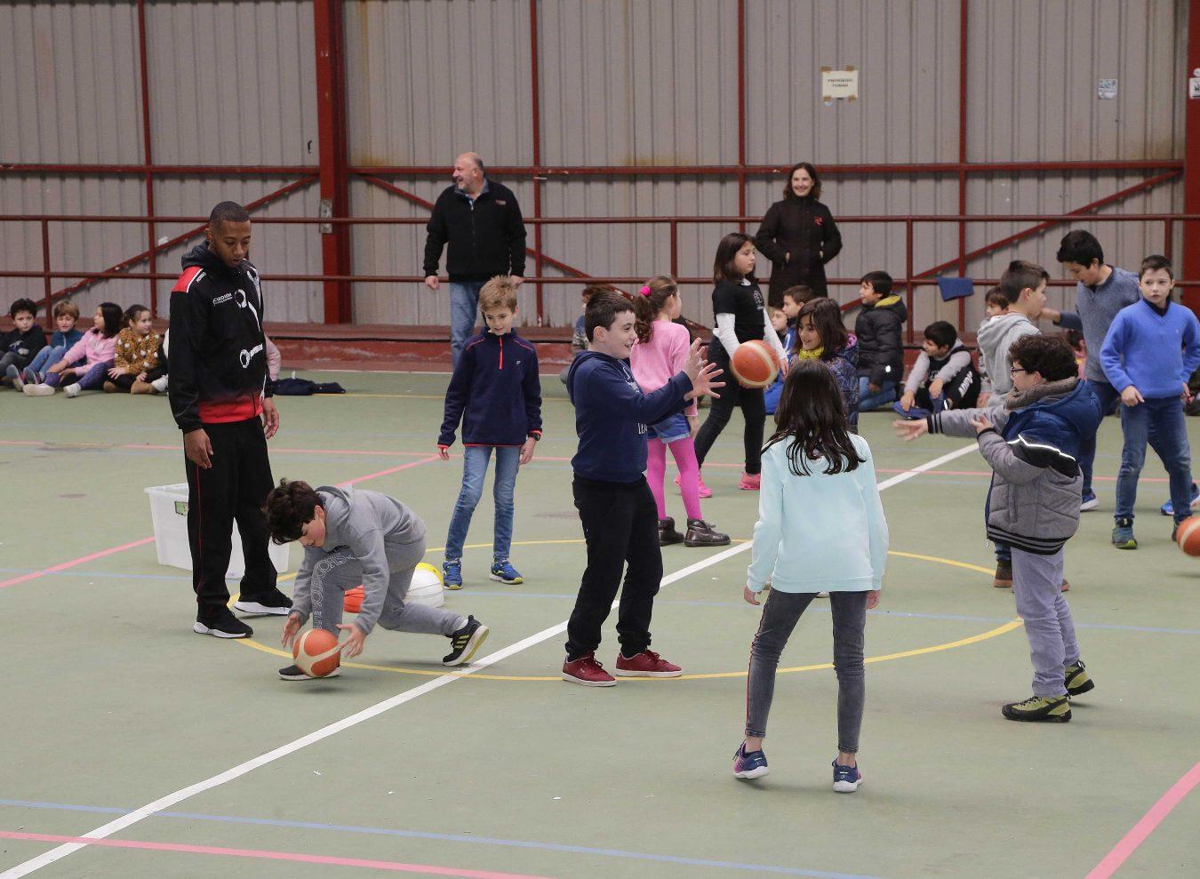 Juego de altura en el colegio público de Ribadesella con la visita del Traslacard Círculo Baloncesto Gijón