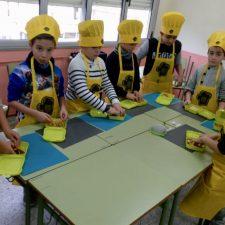 Los escolares de Ribadesella aprenden a elaborar un crep relleno de ternera asturiana