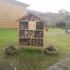 El Parador de Cangas instala un Hotel de Insectos para contribuir a la polinización en la comarca