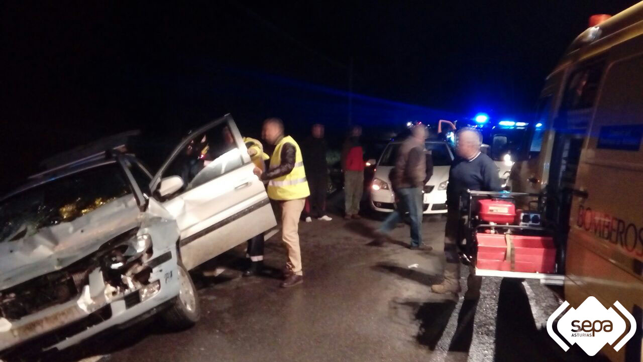Un hombre resulta herido en Llanes al chocar su vehículo contra un tractor