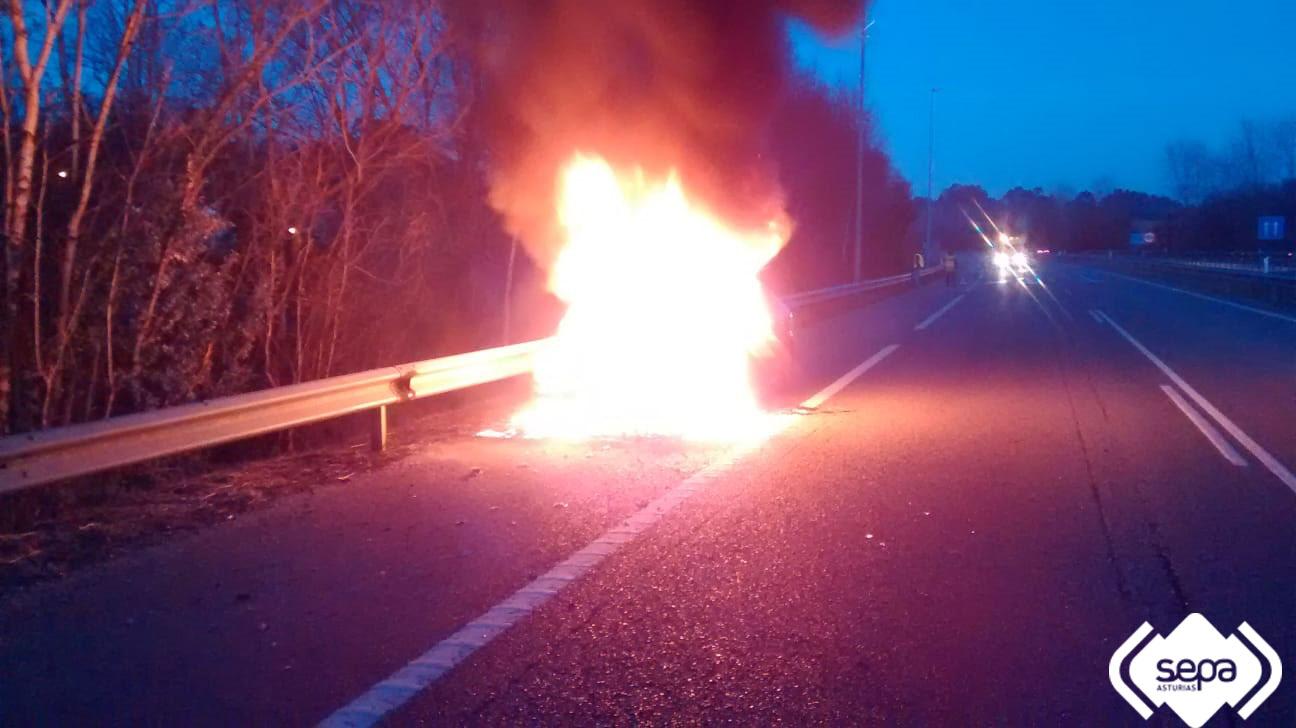 Un vehículo queda completamente calcinado en la A8 a la altura de Nueva de Llanes