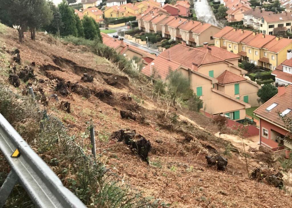 Otro argayu obliga a cortar la carretera del faro de Ribadesella y desalojar 30 chalets de Sella Mar