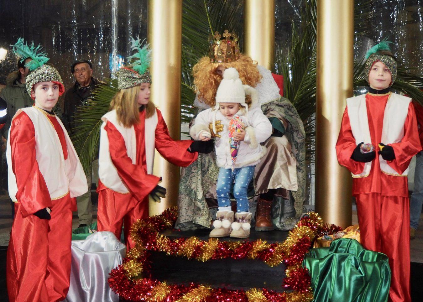 Los Reyes llegan a Ribadesella cargados de ilusión, 500 kilos de caramelos y 1.600 cucuruchos de revoltijo