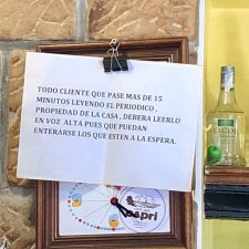 Original idea de un hostelero de Ribadesella para combatir la abusiva lectura del periódico de la casa
