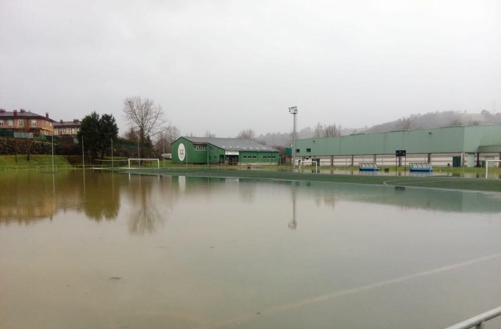 La lluvia inundó el Municipal de Arriondas dañando el terreno de juego, la caldera y los vestuarios
