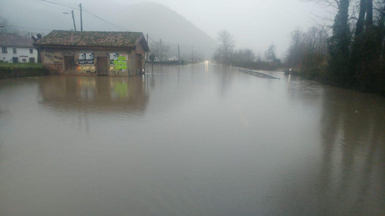 La riada mantiene cortada la carretera N-634 entre Ribadesella y Arriondas