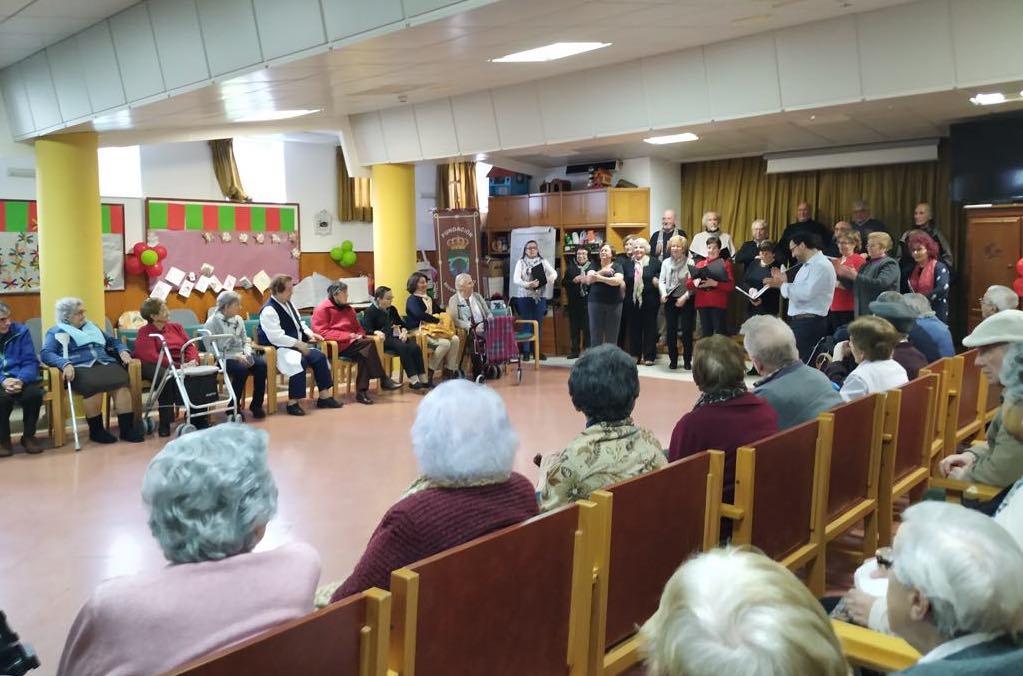 Concierto del Coro Ecos de Onís en el Hogar Beceña González de Cangas de Onís
