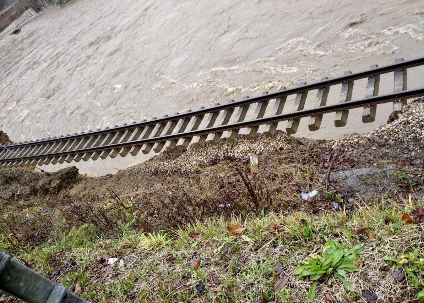 El río Piloña deja en el aire la vía férrea a la altura de Ozanes (Parres)