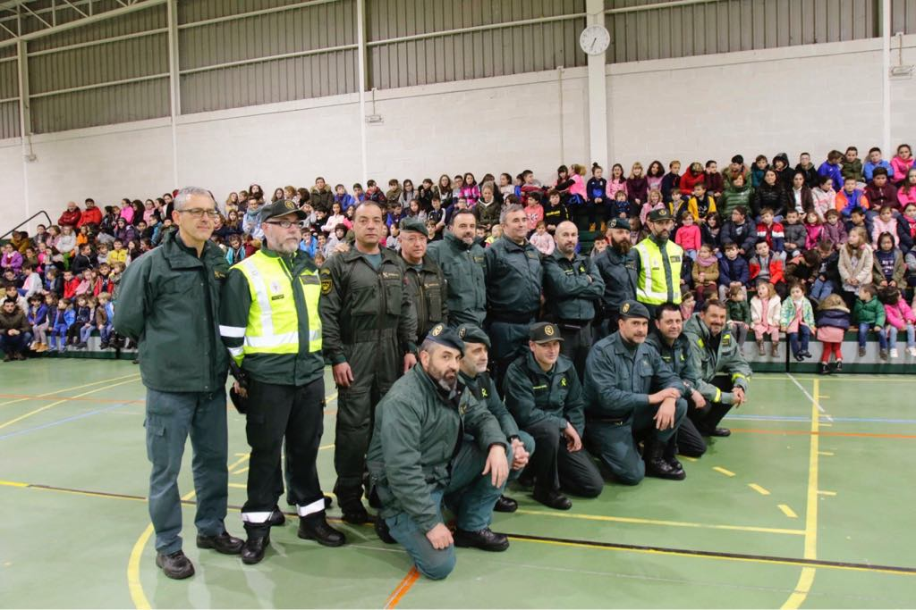 Los escolares de Infiesto se acercan al trabajo más humano de la Guardia Civil