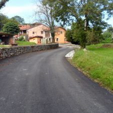 Llanes finaliza la mejora de varios caminos en San Roque, La Galguera, Soberrón, Cué y Pancar