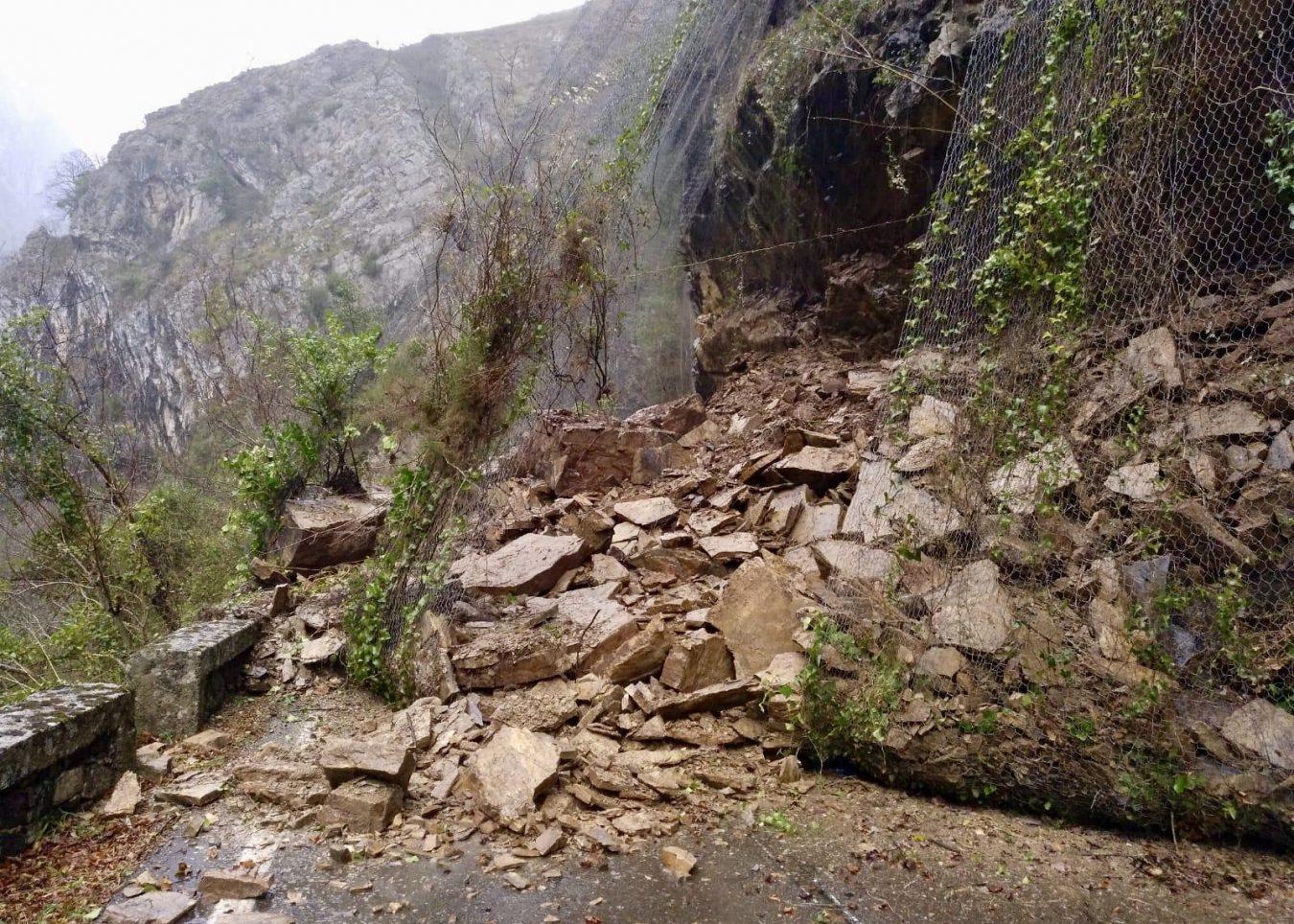 Un argayu sepulta la carretera del Pontón en Cobarcil (Oseja) y corta la N-625