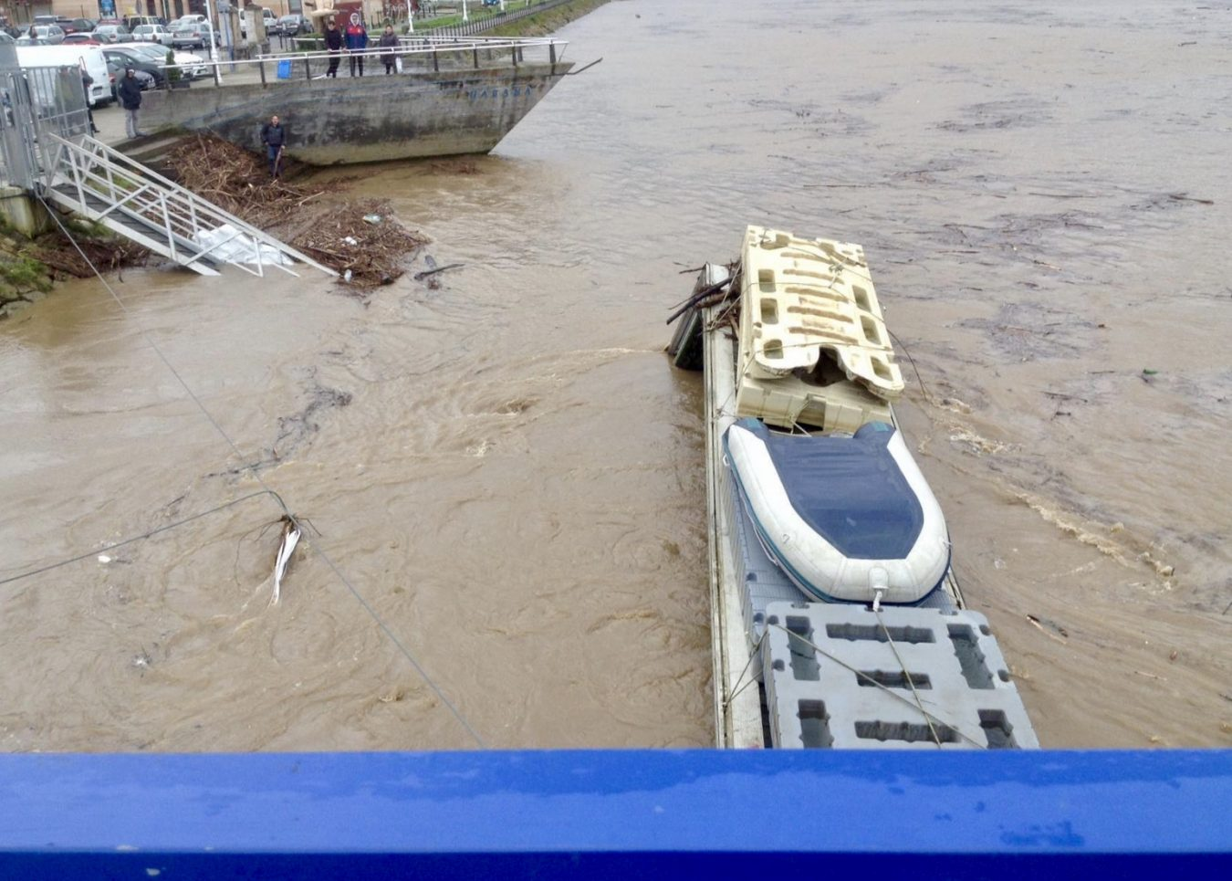 La fuerte corriente del río destroza el pantalán turístico instalado junto al podio del Sella