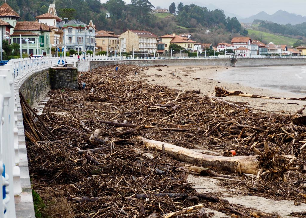 Este viernes comienza la limpieza de la playa de Santa Marina en la villa de Ribadesella