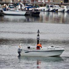 La baliza del puerto deportivo de Ribadesella vuelve a su sitio nueve meses después