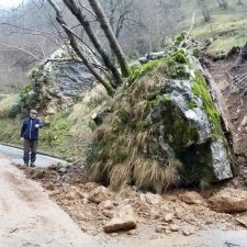 Una enorme roca mantiene semicortada la carretera entre Poncebos y Sotres a la altura de Tielve (Cabrales)