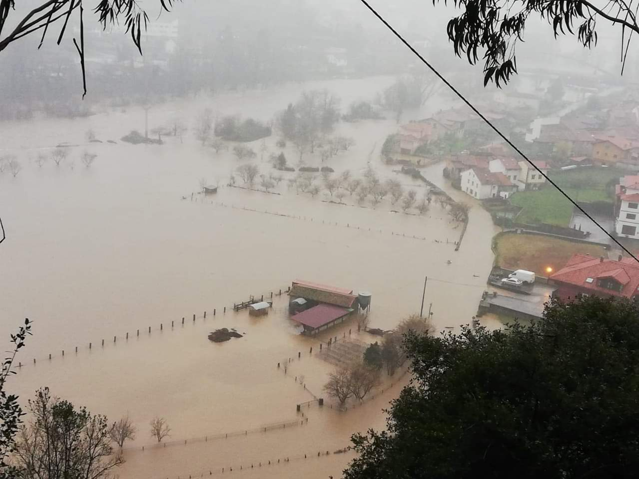 El Cares-Deva inunda el pueblo de Siejo (Peñamellera Baja) y corta la carretera AS-343