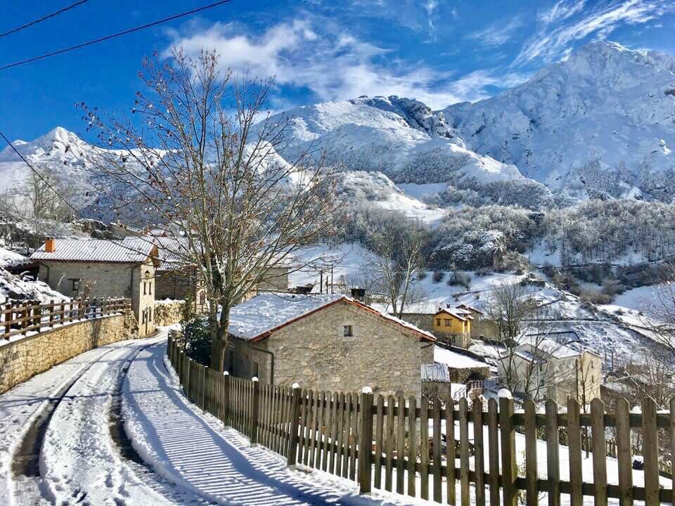 La nieve caída en las últimas horas cierra el acceso a Los Lagos y mantiene con cadenas quince puertos asturianos