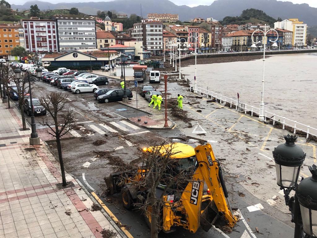 Ribadesella inicia la limpieza de sus calles para retirar la empalizada dejada por el Sella