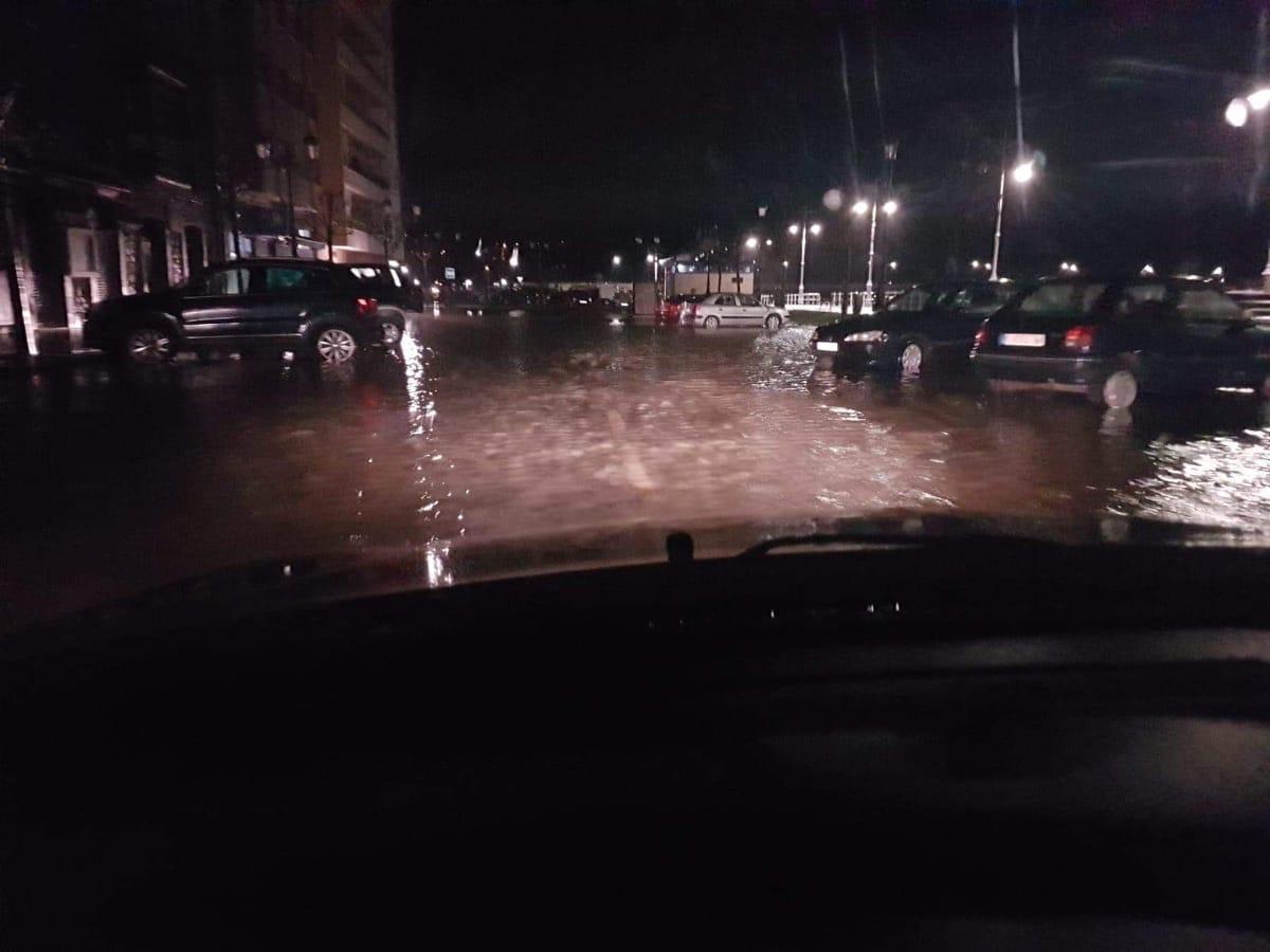 La ría del Sella se desborda por las calles del puerto de Ribadesella