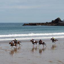 Ribadesella recibe mañana la acreditación turística para sus Carreras de Caballos de la Playa