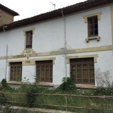 El Ayuntamiento de Parres encarga la redacción del proyecto de rehabilitación de la Escuela de Fíos
