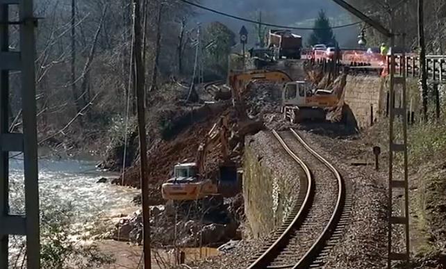 Adif expropiará mas de 17.000 metros de terreno en Parres para reforzar los taludes de la vía