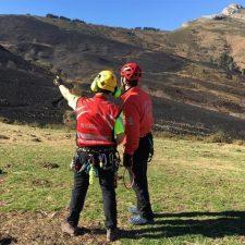 Un incendio se mantiene activo en el Parque Nacional de los Picos de Europa, en Tresviso, cerca de Cabrales