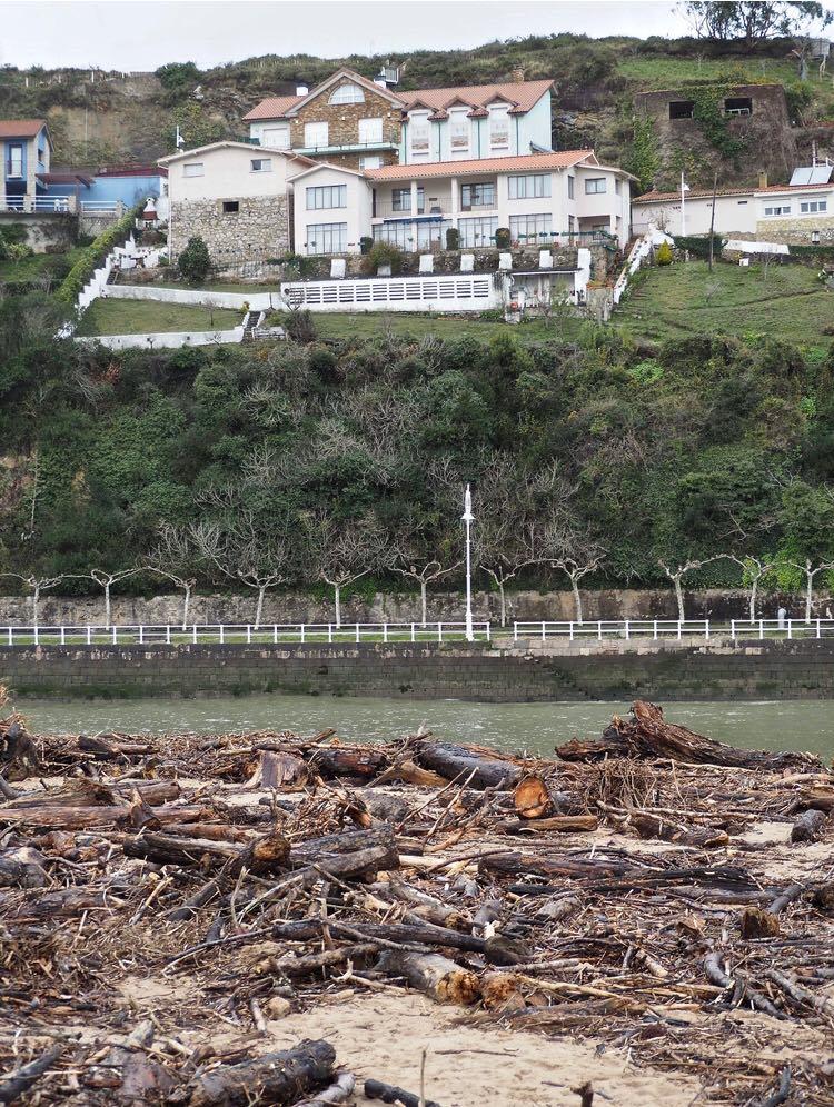 La Confederación se desentiende de la limpieza de la playa de Ribadesella