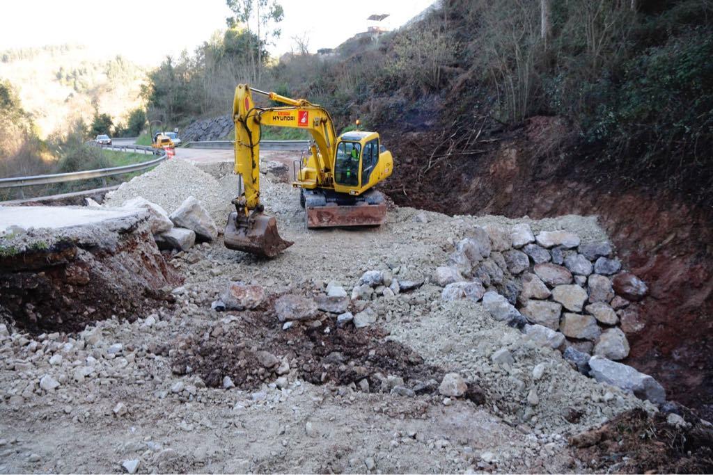Un socavón mantiene cortada la N-632 en Ribadesella desde el pasado viernes
