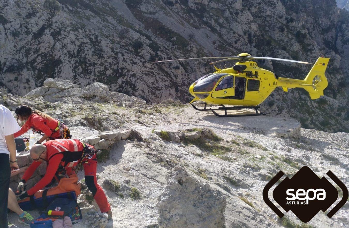 Evacuada al hospital de Arriondas una senderista que hacía la Ruta del Cares