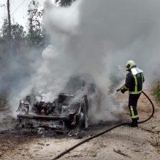 Un coche queda calcinado en Cardosu (Llanes)