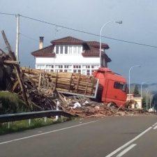 Un joven transportista fallece tras ser arrollado por su camión en Sevares (Piloña) cuando lo cargaba